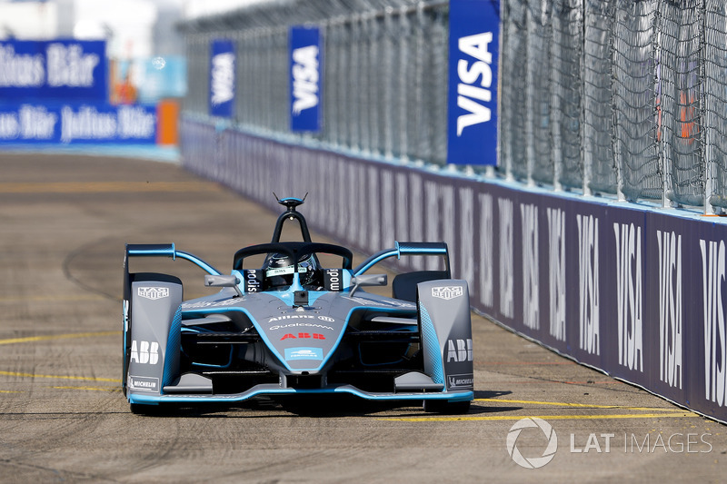 Aksi mobil baru Formula E saat melibas Sirkuit Templehof