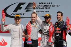 Podio: segundo clasificado Valtteri Bottas, Williams, John Owen, diseñador jefe de Mercedes AMG F1, ganador de la carrera Lewis Hamilton, Mercedes AMG F1, tercer puesto Daniel Ricciardo, Red Bull Racing
