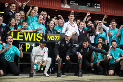 Race winner Lewis Hamilton, Mercedes-AMG F1 and Valtteri Bottas, Mercedes-AMG F1 celebrate with the team
