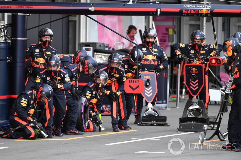 Mekanik Red Bull Racing  menunggu periode pit stop
