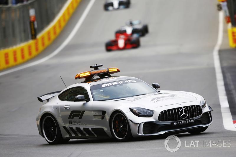 Safety Car di depan Sebastian Vettel, Ferrari SF71H, dan Lewis Hamilton, Mercedes AMG F1 W09