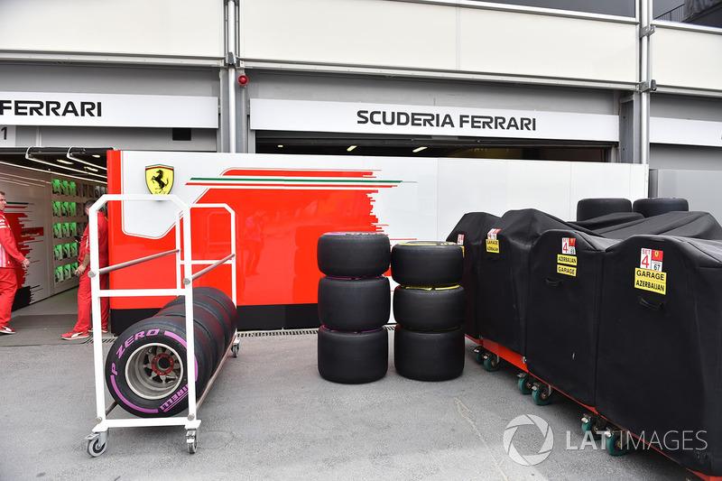 Ferrari garajı ve Pirelli lastikleri