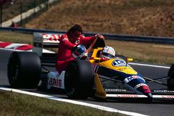 Nigel Mansell, Williams Judd, lleva sobre su coche a Gerhard Berger, Ferrari
