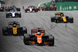Fernando Alonso, McLaren MCL32, Nico Hulkenberg, Renault Sport F1 Team RS17, Carlos Sainz Jr., Renault Sport F1 Team RS17, Felipe Massa, Williams FW40, lors du tour de formation
