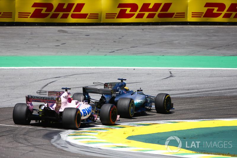 Lewis Hamilton, Mercedes AMG F1 W08, pasa a Sergio Pérez, Sahara Force India F1 VJM10