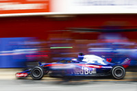 Pierre Gasly, Scuderia Toro Rosso STR13, pit stop action