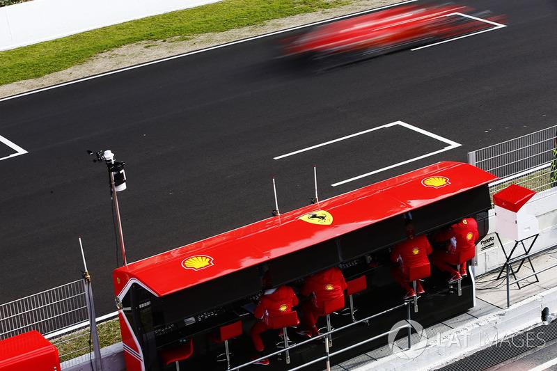 Sebastian Vettel, Ferrari SF71H, flashes más allá de su pórtico de la pared del boxes