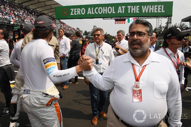 Shaikh Abdulla Bin Isa Al-Khalifa, consejero de la FIA, y Fernando Alonso, McLaren