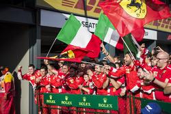 Gli uomini Ferrari festeggiano nel parco chiuso