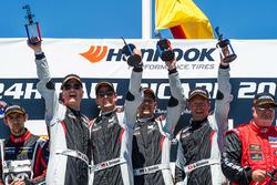 Podium: ganadores #911 Precote Herberth Motorsport Porsche 991 GT3 R: Alfred Renauer, Robert Renauer, Daniel Allemann, Ralf Bohn