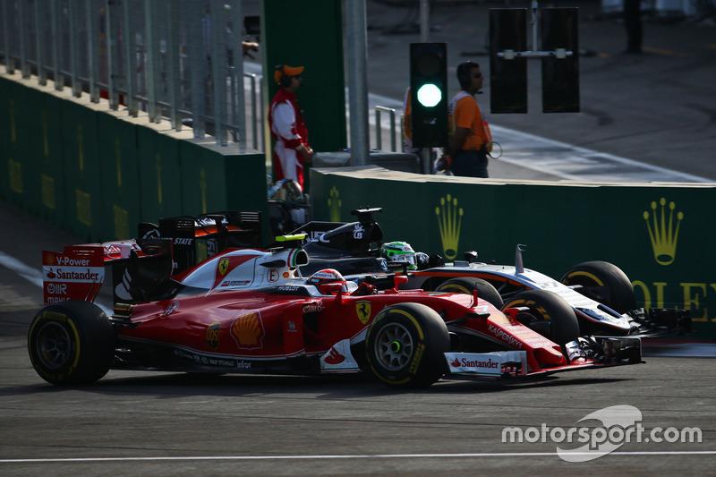 Kimi Raikkonen, Ferrari SF16-H y Nico Hulkenberg, Sahara Force India F1 VJM09 luchan por la posición