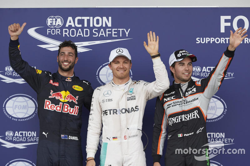 Clasificación top tres en parc ferme: Daniel Ricciardo, Red Bull Racing RB12, tercero; Nico Rosberg, Mercedes AMG F1, ganador de la pole; Sergio Pérez, Sahara Force India F1, segundo