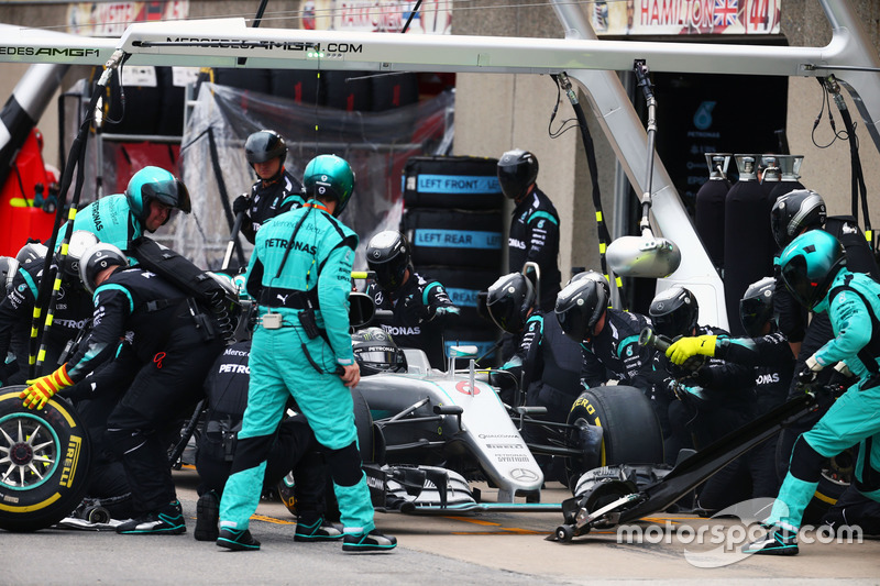 Ніко Росберг, Mercedes AMG F1 W07 Hybrid, робить піт-стоп