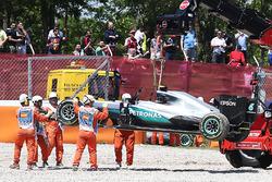 El Mercedes AMG F1 W07 Hybrid Nico Rosberg, Mercedes AMG F1 es retirado de la trampa de grava en el