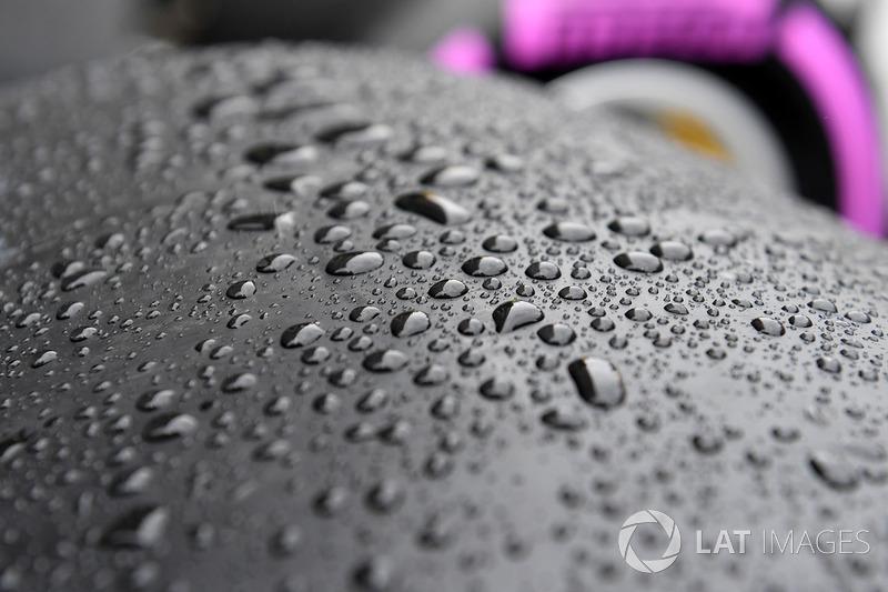 Slick Pirelli neumáticos y lluvia