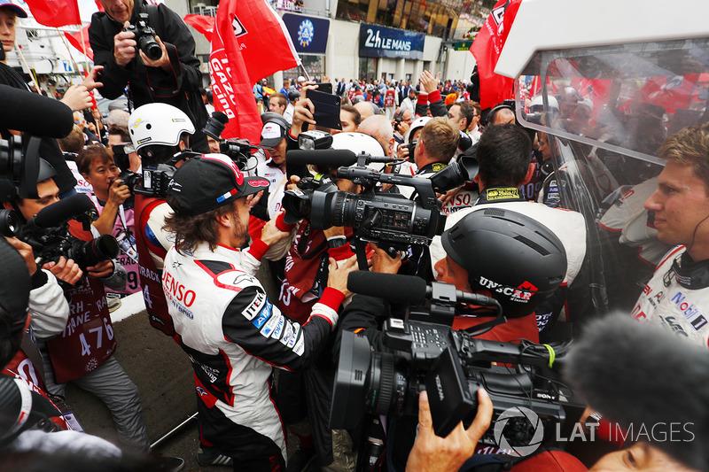 Fernando Alonso, Toyota Gazoo Racing celebrates with the team