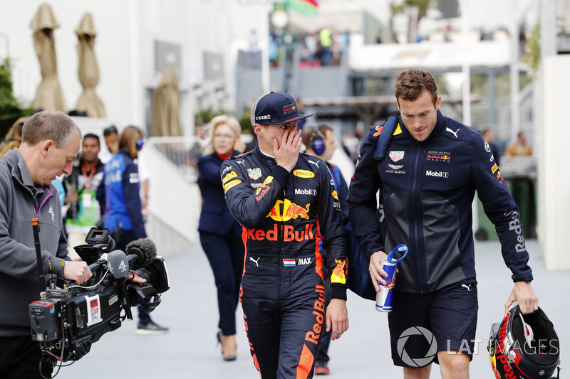 Max Verstappen, Red Bull Racing RB14 Tag Heuer, camina a los pits