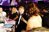 Lee McKenzie parle à Billy Monger