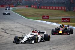 Marcus Ericsson, Sauber C37, Daniel Ricciardo, Red Bull Racing RB14