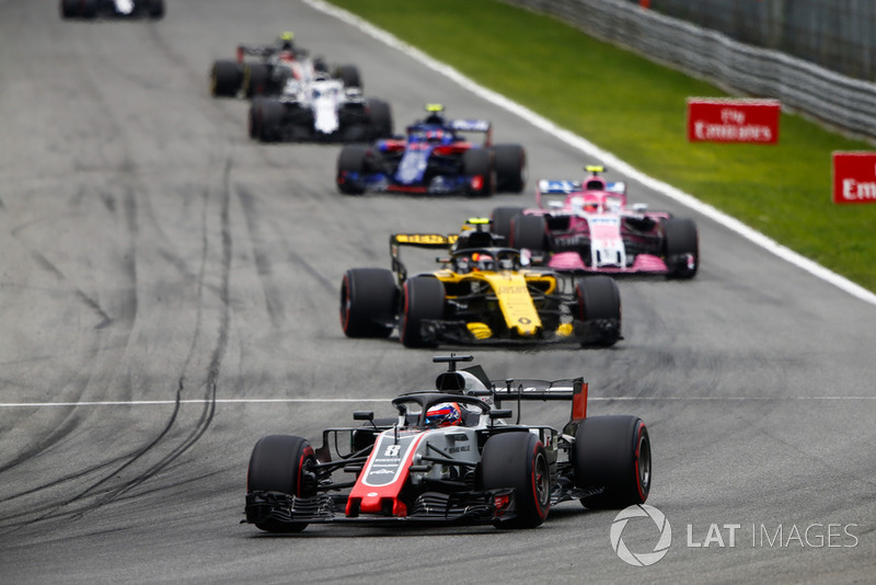 Romain Grosjean, Haas F1 Team VF-18, lidera Carlos Sainz Jr., Renault Sport F1 Team RS 18, Esteban Ocon, Racing Point Force India VJM11, y Pierre Gasly, Toro Rosso STR13
