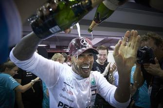 Le vainqueur Lewis Hamilton, Mercedes AMG F1, fête sa victoire avec son équipe