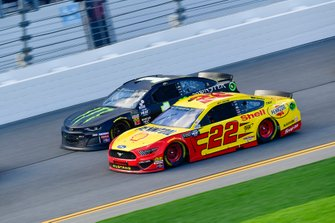 Joey Logano, Team Penske, Ford Mustang Shell Pennzoil, Kurt Busch, Chip Ganassi Racing, Chevrolet Camaro Monster Energy