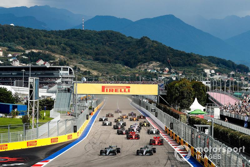 Valtteri Bottas, Mercedes AMG F1 W09 memimpin balapan di depan Lewis Hamilton, Mercedes AMG F1 W09 dan Sebastian Vettel, Ferrari SF71H