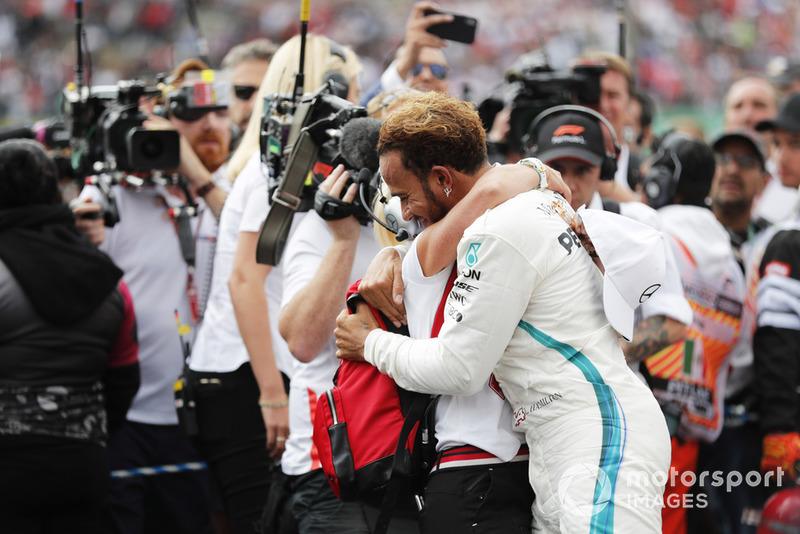 Lewis Hamilton, Mercedes AMG F1, celebra después de ganar su quinto Campeonato Mundial.