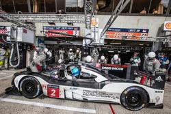 Pit stop for #2 Porsche Team Porsche 919 Hybrid: Romain Dumas, Neel Jani, Marc Lieb