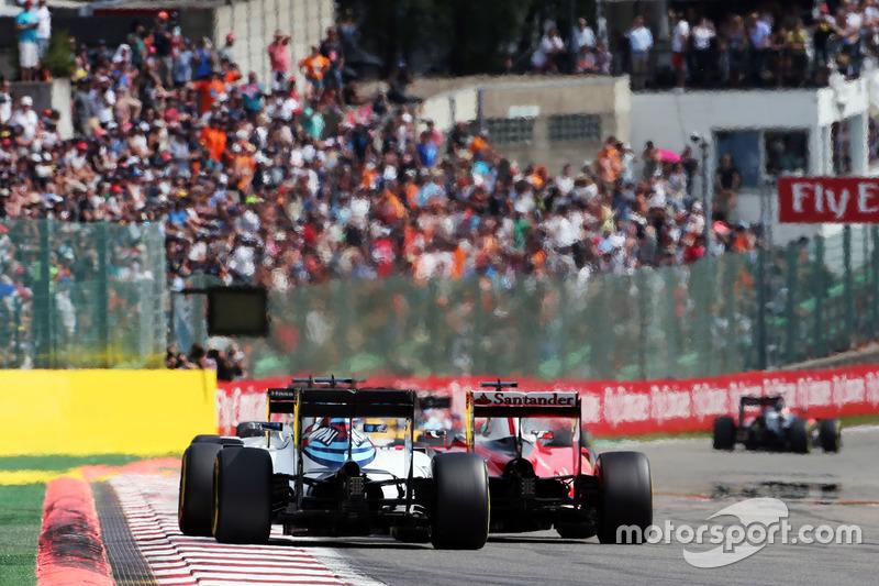 Valtteri Bottas, Williams FW38 e Sebastian Vettel, Ferrari SF16-H