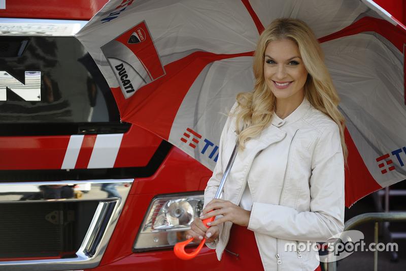 Чарівна дівчина Ducati