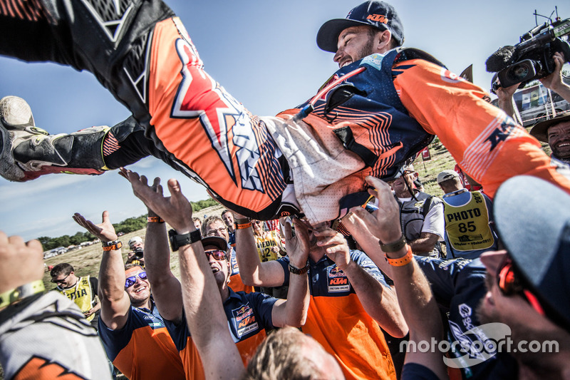 #14 Red Bull KTM Factory Racing: Sam Sunderland celebrate with the team