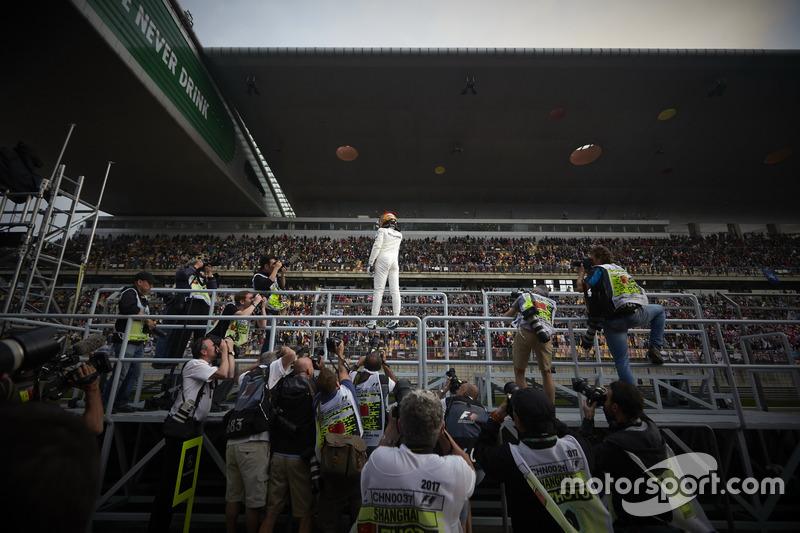 Il poleman Lewis Hamilton, Mercedes AMG, festeggia con i tifosi