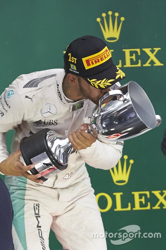 Podium: le vainqueur Lewis Hamilton, Mercedes AMG F1