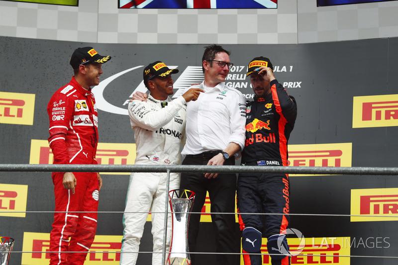 Подіум:  Себастьян Феттель, Ferrari, Льюіс Хемілтон, Mercedes AMG F1, головний гоночний інженер Mercedes Ендрю Шовлін, Даніель Ріккардо, Red Bull Racing