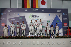 Podium LMP1: vainqueur #2 Porsche Team Porsche 919 Hybrid: Timo Bernhard, Earl Bamber, Brendon Hartley, deuxième place #1 Porsche Team Porsche 919 Hybrid: Neel Jani, Andre Lotterer, Nick Tandy, troisième place #8 Toyota Gazoo Racing Toyota TS050 Hybrid: An