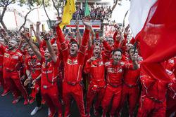 Команда Ferrari празднует победу в закрытом парке