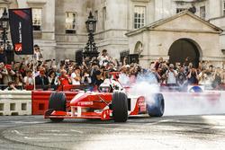Jenson Button, McLaren, en Naomi Campbell in de tweezitter