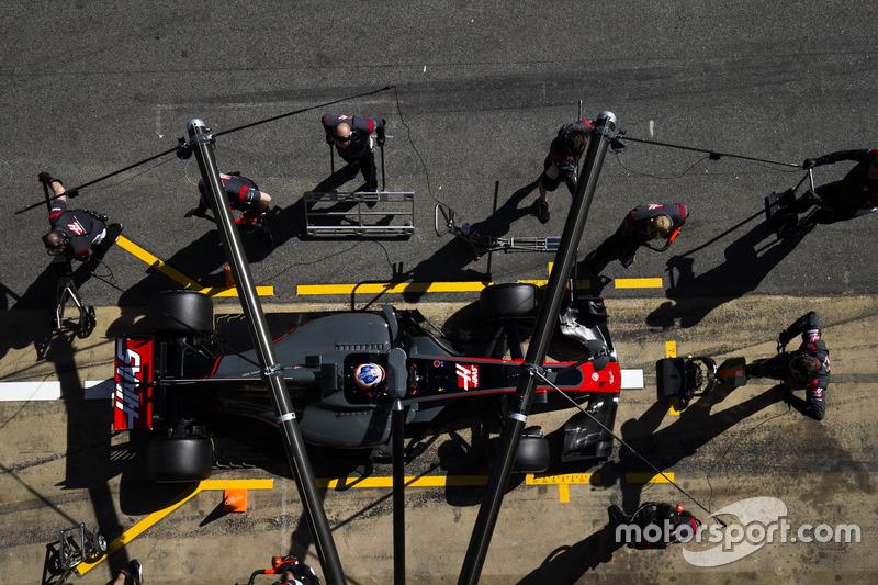 Romain Grosjean, Haas F1 Team VF-17, makes a pit stop