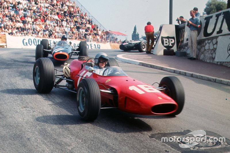 Lorenzo Bandini, Ferrari 158/246 lidera a Graham Hill, BRM P261