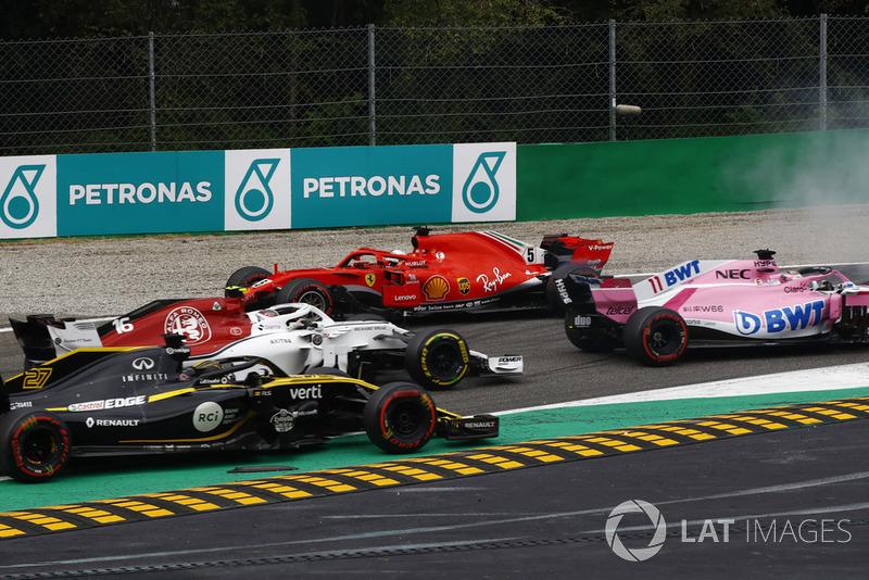 Sebatian Vettel, Ferrari SF71H, setelah kontak dengan Lewis Hamilton, Mercedes AMG F1 W09