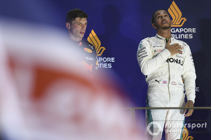 Lewis Hamilton, Mercedes AMG F1, festeggia sul podio con Max Verstappen, Red Bull Racing