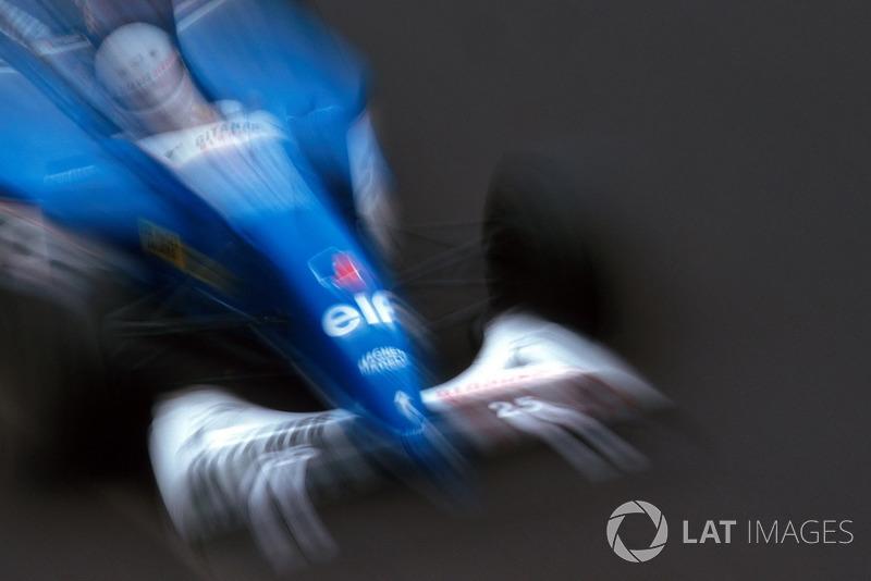 Прост тем временем лидировал, Алези был вторым, но уже на втором круге пропустил Шумахера. Тем временем Сенна и Хилл прорывались через пелотон. Дэймон быстро поднялся в тройку, а вот Айртон на девятом круге налетел сзади на Ligier Мартина Брандла (на фото). После третьей аварии за день «Волшебник» окончательно покинул гонку.