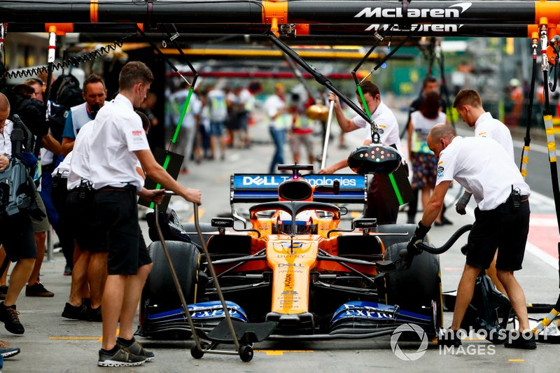Carlos Sainz Jr., McLaren MCL34, in the pits