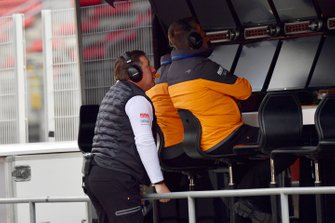 Zak Brown, PDG de McLaren Racing, sur le muret des stands