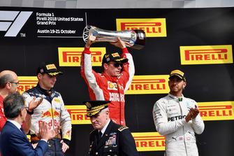 (Da sx a dx): Carlo Santi, ingegnere di pista Ferrari, Max Verstappen, Red Bull Racing, Kimi Raikkonen, Ferrari, festeggia con il trofeo e Lewis Hamilton, Mercedes AMG F1