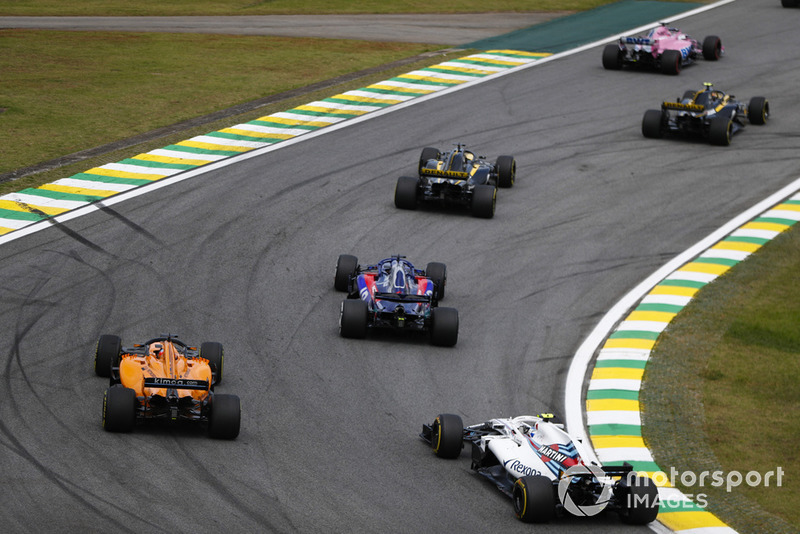 Sergey Sirotkin, Williams FW41, derrière Fernando Alonso, McLaren MCL33, et Brendon Hartley, Toro Rosso STR13.