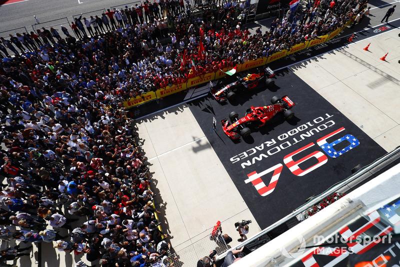 Kimi Raikkonen, Ferrari SF71H, habla con los medios de comunicación mientras su auto se sienta en Parc Ferme con el coche de Max Verstappen, Red Bull Racing RB14