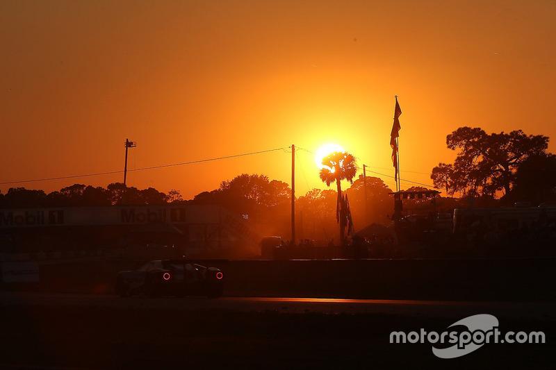 Azione in pista al tramonto