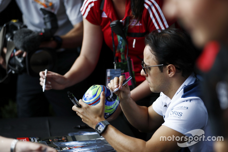 Felipe Massa, Williams, firma un casco miniatura